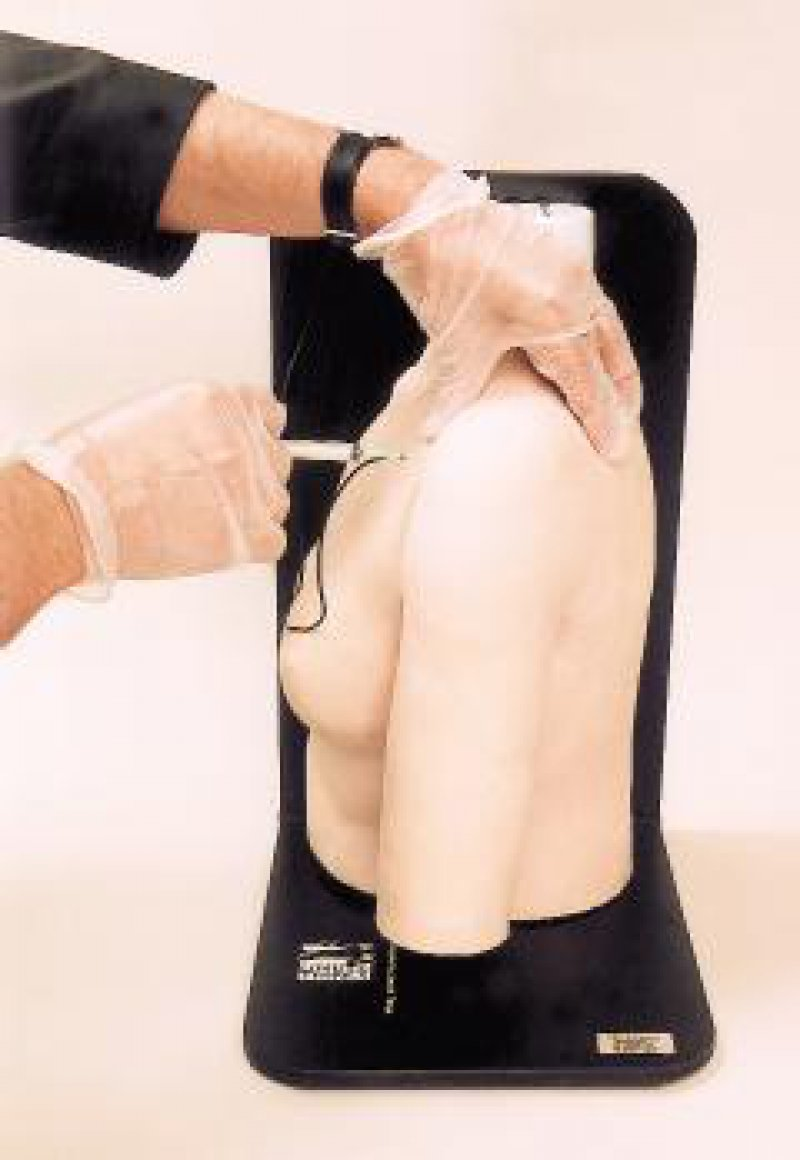 """Neuartige Gelenkmodelle für Schulter, Ellenbogen, Knie- und Handgelenk, die im Rahmen der 50. Jahrestagung der Norddeutschen Orthopädenvereinigung in Hamburg vorgestellt wurden, ermöglichen ein wirklichkeitsnahes Training der intraartikulären Injektionstechnik. Die Modelle zeichnen sich durch eine exakte Wiedergabe der anatomischen Gegebenheiten aus, bei denen die natürlichen Strukturen durch das umgebende """"Gewebe"""" hindurch gut tastbar sind. Die korrekte Platzierung der Kanüle wird angezeigt durch eine Flüssigkeit, die sich nur aus dem """"Gelenkspalt"""" punktieren lässt (beim Kniegelenk) beziehungsweise durch Leuchtdioden. EB Foto: Thiemann Arzneimittel"""