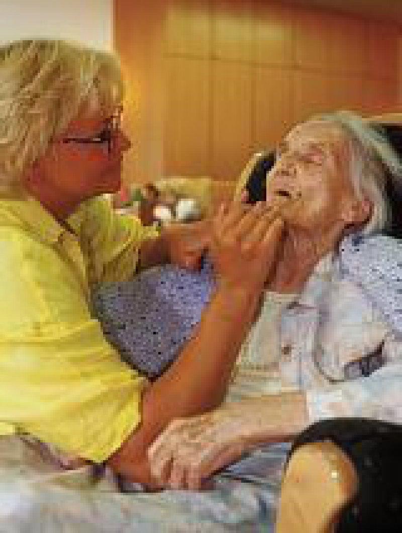 Mehr als zwei Millionen Menschen sind auf Pflege angewiesen. Foto: epd