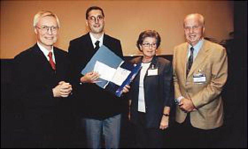 Verleihung des S. J. Thannhauser-Preises 2001 an Professor Dr. med. Markus F. Neurath (2. v. li.), Mainz, durch Prof. Dr. Dr. h. c. W. Domschke (li.), Münster. Rechts die Preis-Stifter, Dr. Dr. H. und U. Falk, Freiburg Foto: privat/André GmbH