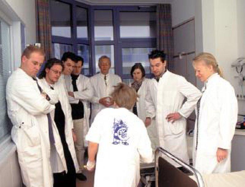 Für Medizinstudenten ist der Beruf eine Berufung. Die Betreuung anderer Menschen hat einen hohen Stellenwert. Fotos: Peter Wirtz