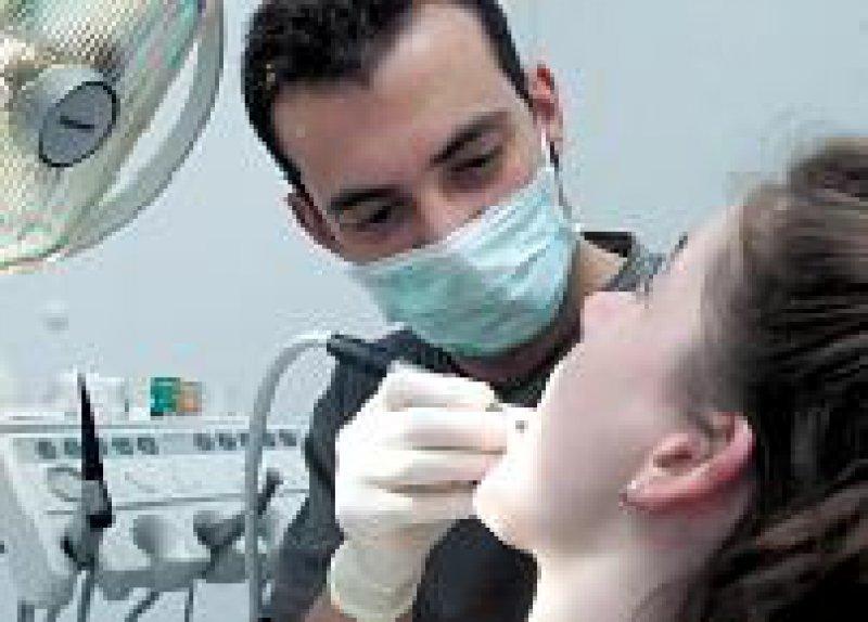 Der Arzt als Zahnarzt: Das Zahnheilkundegesetz von 1952 erlaubt es bislang. Foto: ddp