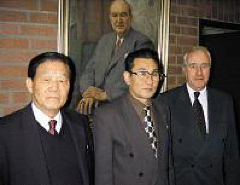 Setzen sich für die Nordkorea-Hilfe ein: Prof. T. S. Lie (links) und Prof. Karsten Vilmar (rechts) von der Deutsch-Koreanischen Association für Medizin mit Prof. Choe bei der Bundesärztekammer. Foto: Otmar Kloiber
