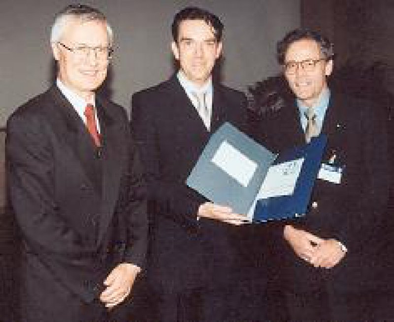 Verleihung des Werner-Creutzfeldt-Forschungsstipendiums 2001 der DGVS an Dr. Michael Höcker (Mitte) durch den Präsidenten Prof. Dr. Dr. h. c. W. Domschke (links), Münster. Rechts der Repräsentant der Stifterfirma, Dr. H. Meyer, Wedel Foto: privat