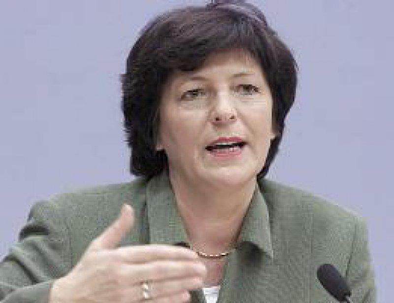 Befreiungsschlag: Bundesgesundheitsministerin Ulla Schmidt (SPD) erläutert, wie sie das Gesundheitssystem reformieren will, wenn sie nach der Bundestagswahl vom 22. September 2002 im Amt bleibt. Foto: ddp