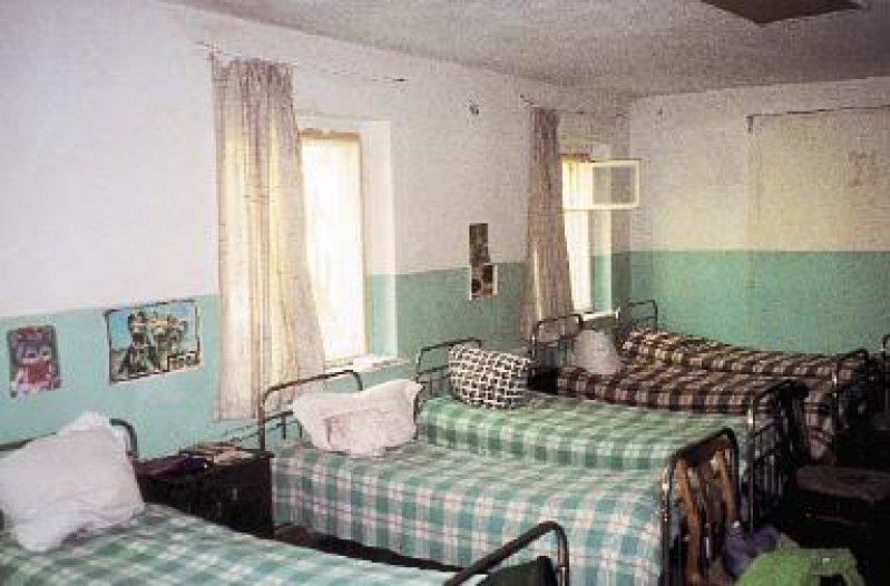 Kinderhaus Svertlogorsk: Bis zu zehn Betten – die meisten defekt – befinden sich in einem Raum. Wenige selbst gemalte Kinderbilder sind die einzige Dekoration.