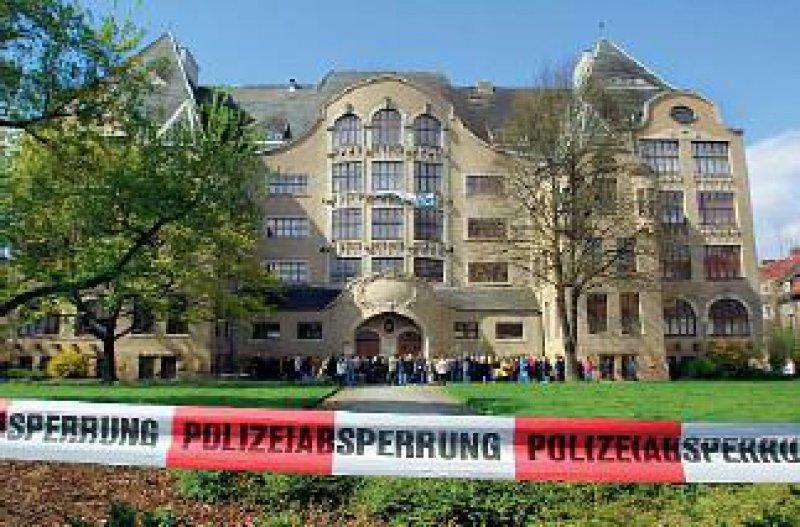 Das Gebäude des Gutenberg-Gymnasiums in Erfurt, in dem ein ehemaliger Schüler Amok lief und 16 Menschen und sich selbst tötete, ist ein Mahnmal. Foto: dpa