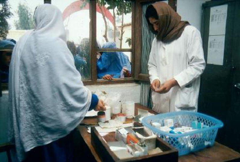 Knapper Luxus: Zwei Apothekerinnen geben Medikamente an wartende Frauen im Flüchtlingslager Kachagali aus. Fotos: Armin Jelenik