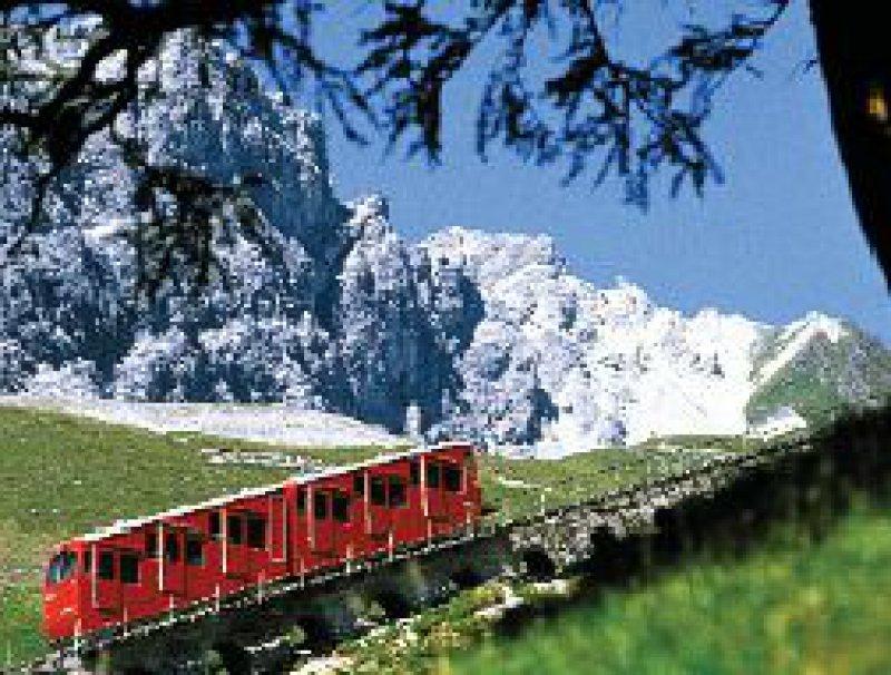 Die modernisierte Zahnradbahn der Parsenn-AG erschließt das Wander- und Wintersportgebiet am Weißfluhjoch und an der Parsenn-Hütte.