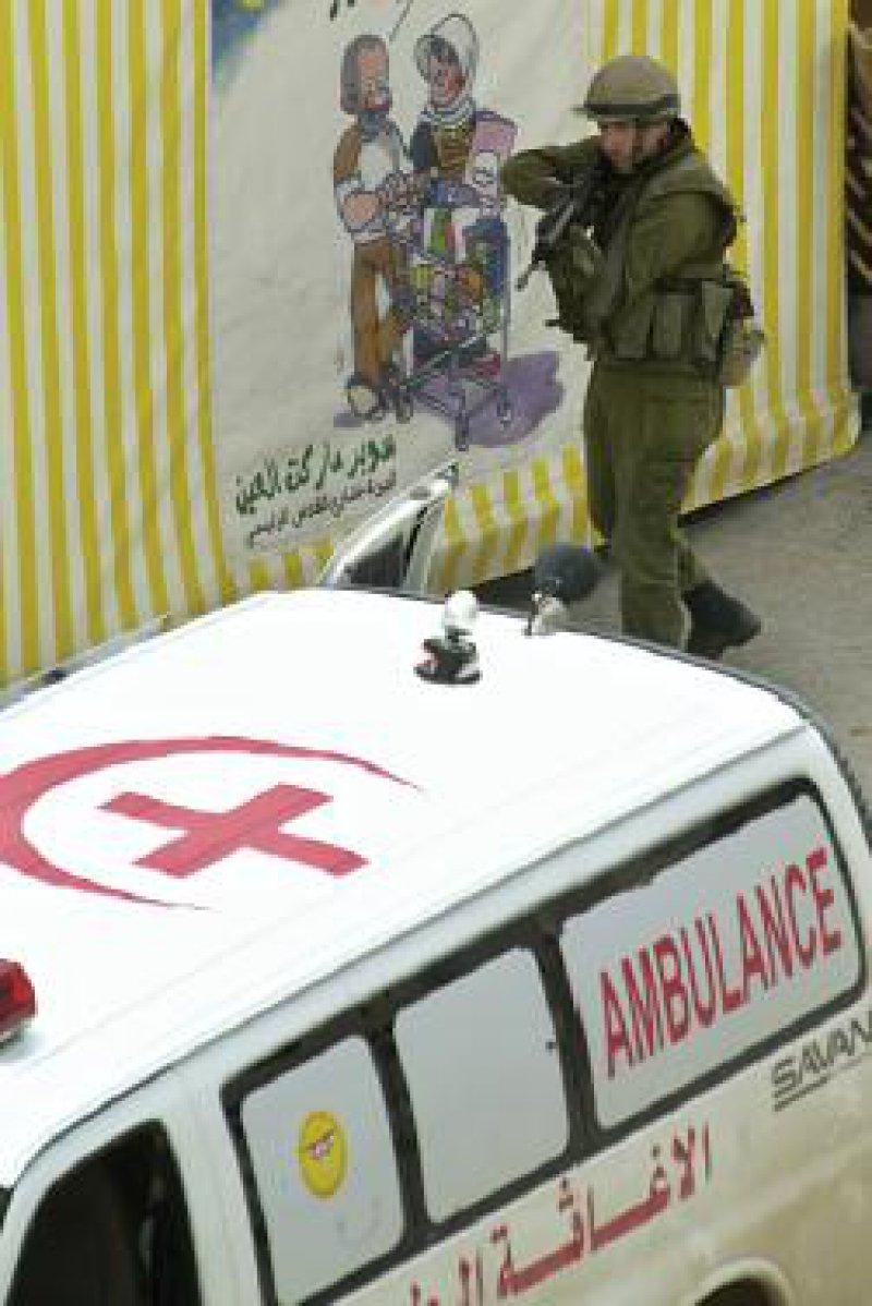 An so genannten checkpoints kontrollieren schwer bewaffnete Posten auch Krankenfahrzeuge. Foto: ap