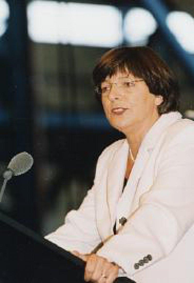 Expertenrat nach Zerschlagung von Kartellen im Gesundheitswesen teile die Bundesregierung nicht, sagte Ulla Schmidt zum Auftakt des Ärztetages in der Kvaerner Warnow Werft.