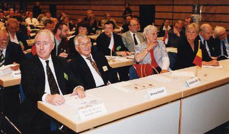 Der Ehrenpräsident der Bundesärztekammer, Prof. Dr. Dr. h. c. Karsten Vilmar, der Ehrenpräsident des 105. Deutschen Ärztetags, Prof. Dr. Otto Scholz (von links), und Repräsentanten zahlreicher ausländischer Ärzteorganisationen verfolgten die Ärztetagsberatungen.