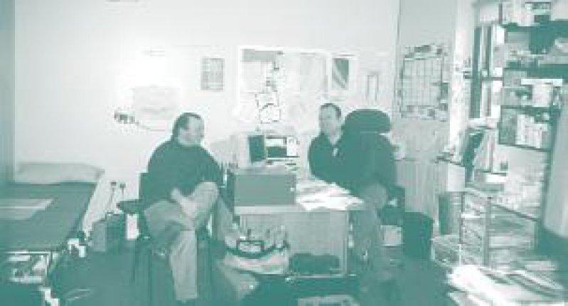 Hans-Olaf Pieper (links) im Behandlungszimmer Foto: Hans-Olaf Pieper