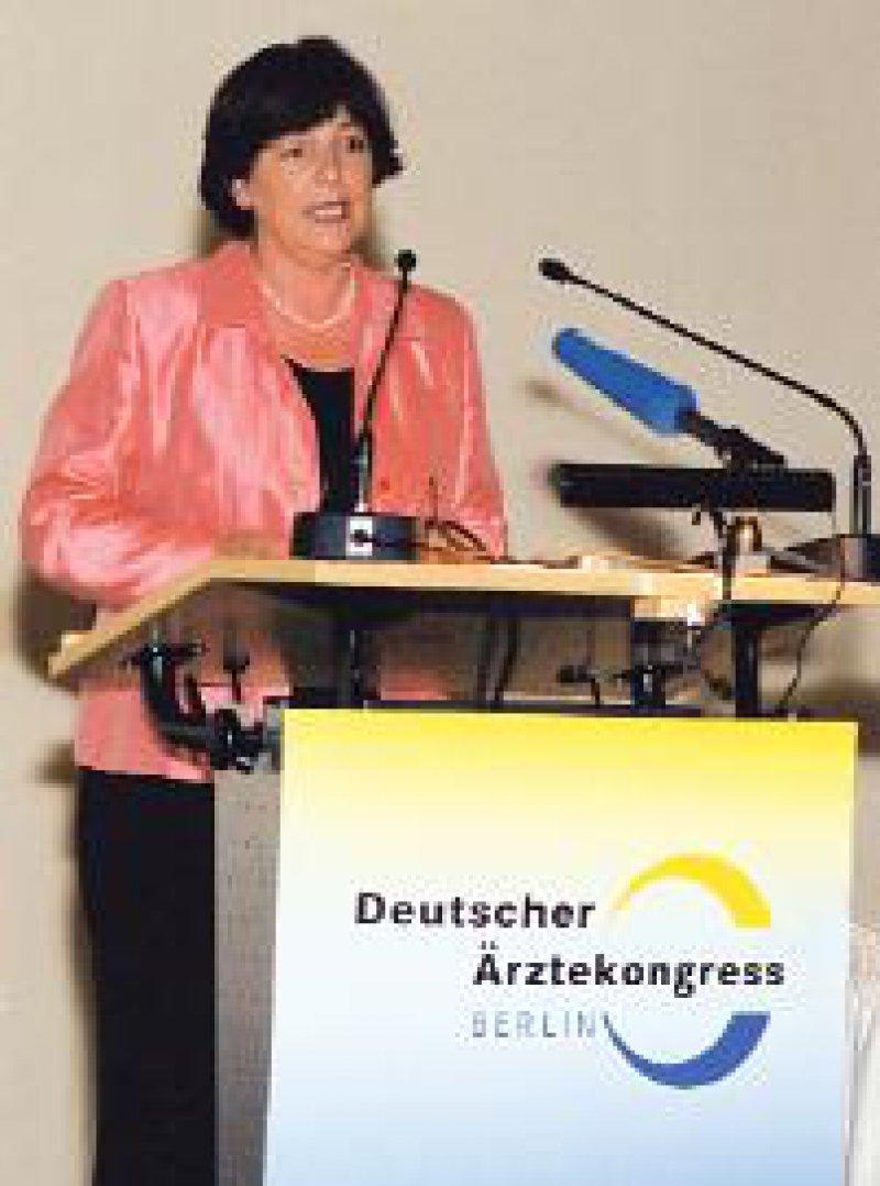 Sie plädiert für eine morbiditätsorientierte Pauschale im hausärztlichen Bereich: Ulla Schmidt Foto: H. Lüders, Berlin