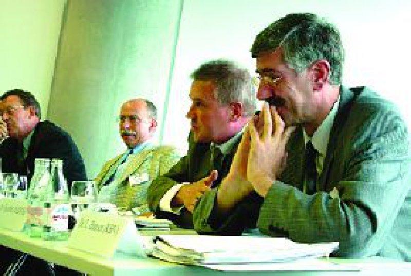 Diskutierten auf dem Podium:Von links,Wolfgang Lohmann (CDU), Detlef Parr (FDP), verdeckt: Horst Schmidbauer (SPD), Norbert Fischer (VdAK), Dr. Leonhard Hansen (KBV). Foto: DPTV