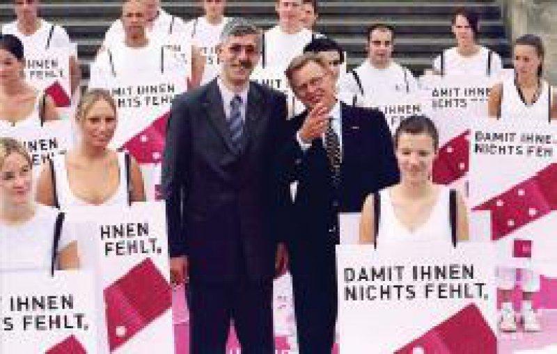 Fototermin zum Start der Imagekampagne am 31. Juli in Berlin: der Erste und der Zweite Vorsitzende der KBV, Dr. Manfred Richter-Reichhelm (r.) und Dr. Leonhard Hansen, umgeben von so genannten Sandwich-Men (obwohl auf der Abbildung überwiegend Frauen zu sehen sind) Foto: KBV