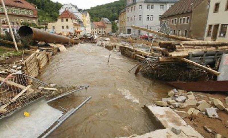 Ein Bild der Verwüstung: eine Straße in Glashütte, südlich von Dresden. Foto: ddp