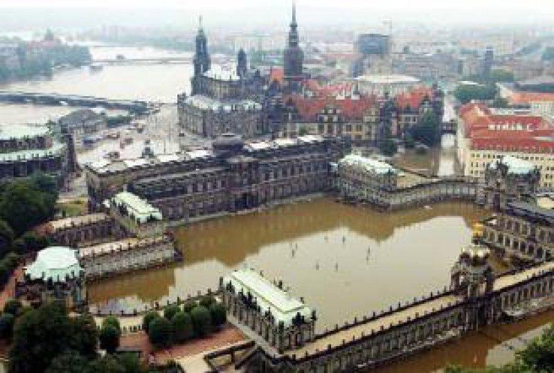 Von braunen Wassermassen eingeschlossen: der historische Zwinger und die Semperoper in Dresden Foto: ddp