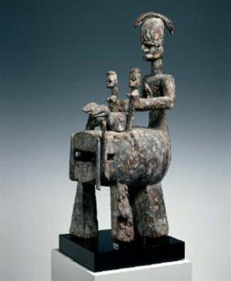 Ivwri-Figur der Urhobo, Nigeria, Holz, bemalt, Höhe 80 cm Foto: Eberhard Hahne