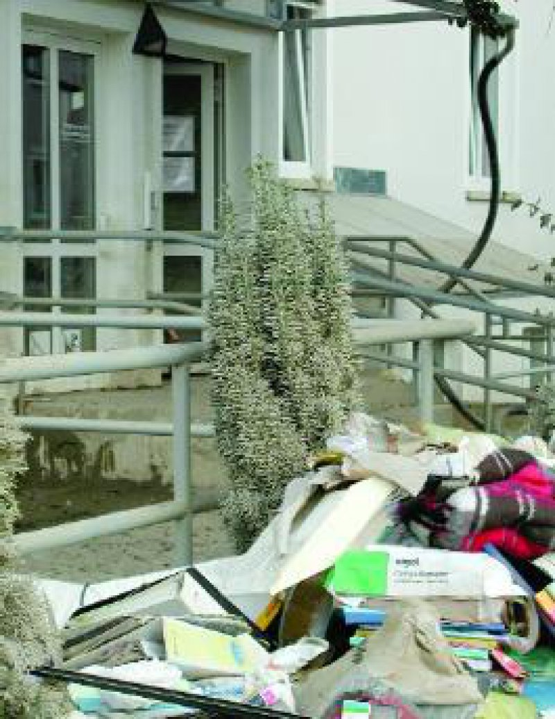 Vor der Arztpraxis von Dr. Lutz Enderlein und Sabine Maaß stapelt sich der Müll.