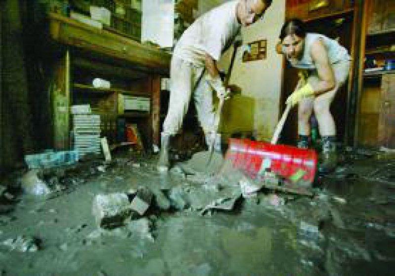 Nach der Hochwasserkatastrophe in den neuen Bundesländern laufen die Aufräumarbeiten auf Hochtouren – auch in vielen Arztpraxen. Foto: Michael Kappeler/ddp