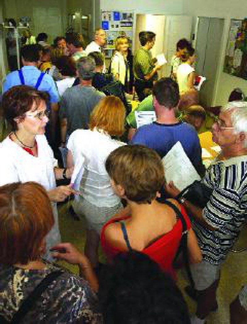 Durch Medienberichte verunsichert, haben am Montag, dem 19. August, Hunderte von Bürgern das Dresdener Gesundheitsamt aufgesucht, um sich gegen Hepatitis A impfen zu lassen. Eine Mitarbeiterin verteilt Aufklärungsbögen an die Wartenden. Foto: dpa