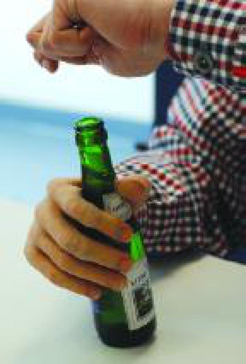 Die Kunsthand ist mit dem übergestreiften Handschuh (mit Fingernagel- Modellierung) bei flüchtigem Ansehen nicht von einer gewöhnlichen Hand zu unterscheiden. Foto: FZK