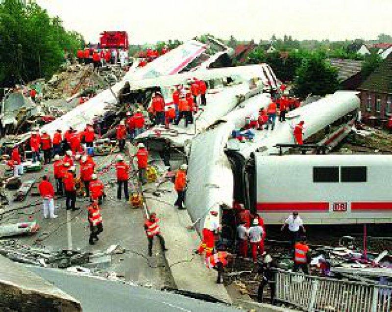 Rettungseinsatz bei dem schwersten Bahnunglück in der Geschichte der Bundesrepublik am 3. Juni 1998 in Eschede Foto: dpa