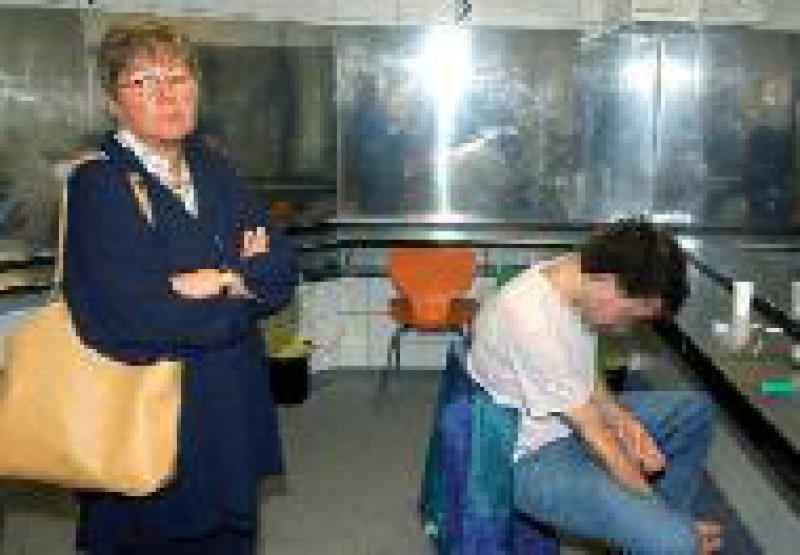 Marion Caspers-Merk beim Besuch eines Drogenhilfezentrums in Essen Foto: dpa