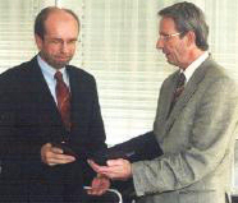 Hilmar Hüneburg (l.) erhält die Ernst-von-Bergmann- Plakette von Prof. Jörg-Dietrich Hoppe, dem Präsidenten der Bundesärztekammer. Foto: Jürgen Brenn