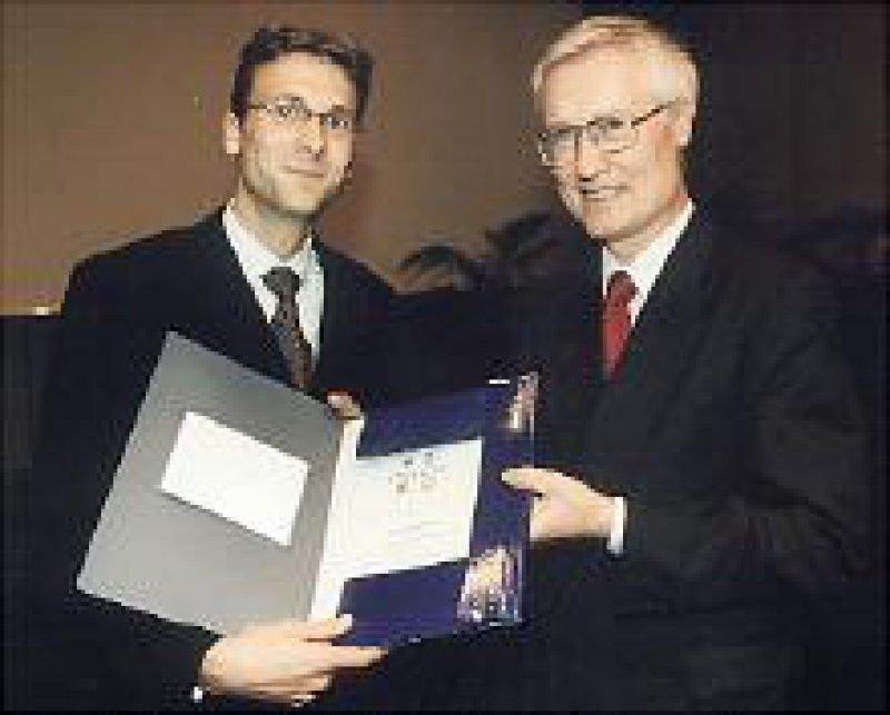 Matthias Kahl (l.) erhält den Ismar-Boas- Preis aus der Hand von Prof. Dr. med. Dr. med. h.c. Wolfram Domschke, Münster. Foto: privat