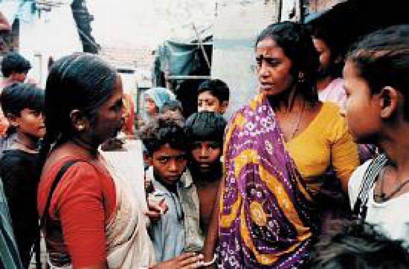 Eine Mitarbeiterin des Lepradienstes untersucht die Bewohner einer Slumregion in Kalkutta auf Merkmale der Lepra. 75 Prozent der jährlichen Neuerkrankungen werden in Indien festgestellt. Foto: DAHW