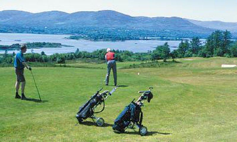 Der Ring-of-Kerry-Golfplatz bietet einen grandiosen Ausblick auf die Kennmare Bay. Foto: Eberhard Hahne
