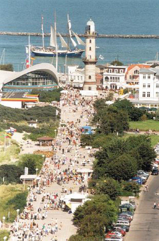 """Blick auf die Promenade mit Leuchtturm, """"Teepott"""" und Hafeneinfahrt"""