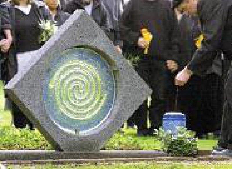 Das Grab ist für viele Eltern ein wichtiger Ort der Trauer – die erste gemeinschaftliche Urnenbestattung in Bremen. Foto: dpa