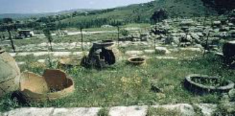 Vorratsbehälter im Tempel I, Hattusa (Bogazköy). Fotos: Bundeskunsthalle