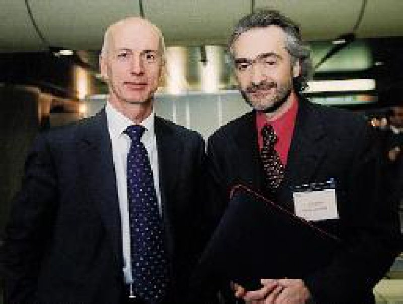 Der Hermann-Simon-Preis für Sozialpsychiatrie 2001 ging an Prof. Dr. Stefan Priebe (links), London, und an Privatdozent Dr. Dr. Klaus Schonauer, Konstanz. Foto: Lundbeck-Unternehmen ZNS/Joachim Schulz