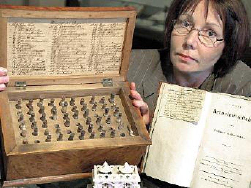 Alte homöopathische Reiseapotheke und handschriftliche Eintragungen Hahnemanns aus dem Jahr 1808 im Historischen Museum in Köthen. Foto: dpa