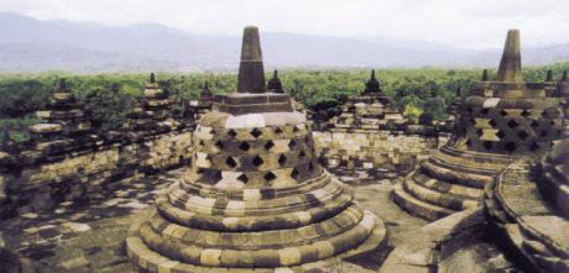 Blick von Borobudur mit seinen Stupas in Yogyakarta Fotos: Gesine Unverzagt