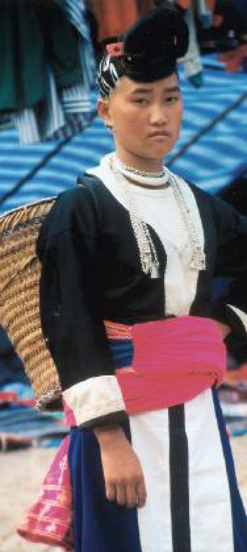 Hmongfrau präsentiert stolz ihre Tracht.