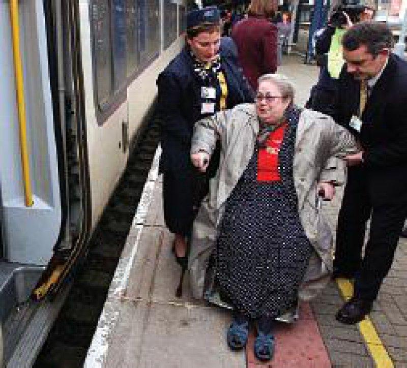NHS-Patientin auf dem Weg zur OP in Frankreich. Foto: Reuters