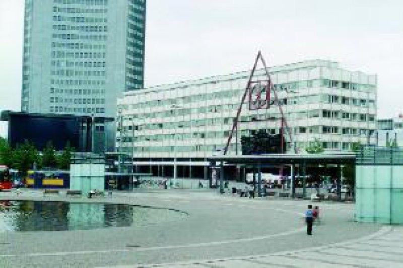 """Hauptgebäude der Universität Leipzig mit """"Installation Paulinerkirche"""" 2002 Foto: Birk Engmann"""