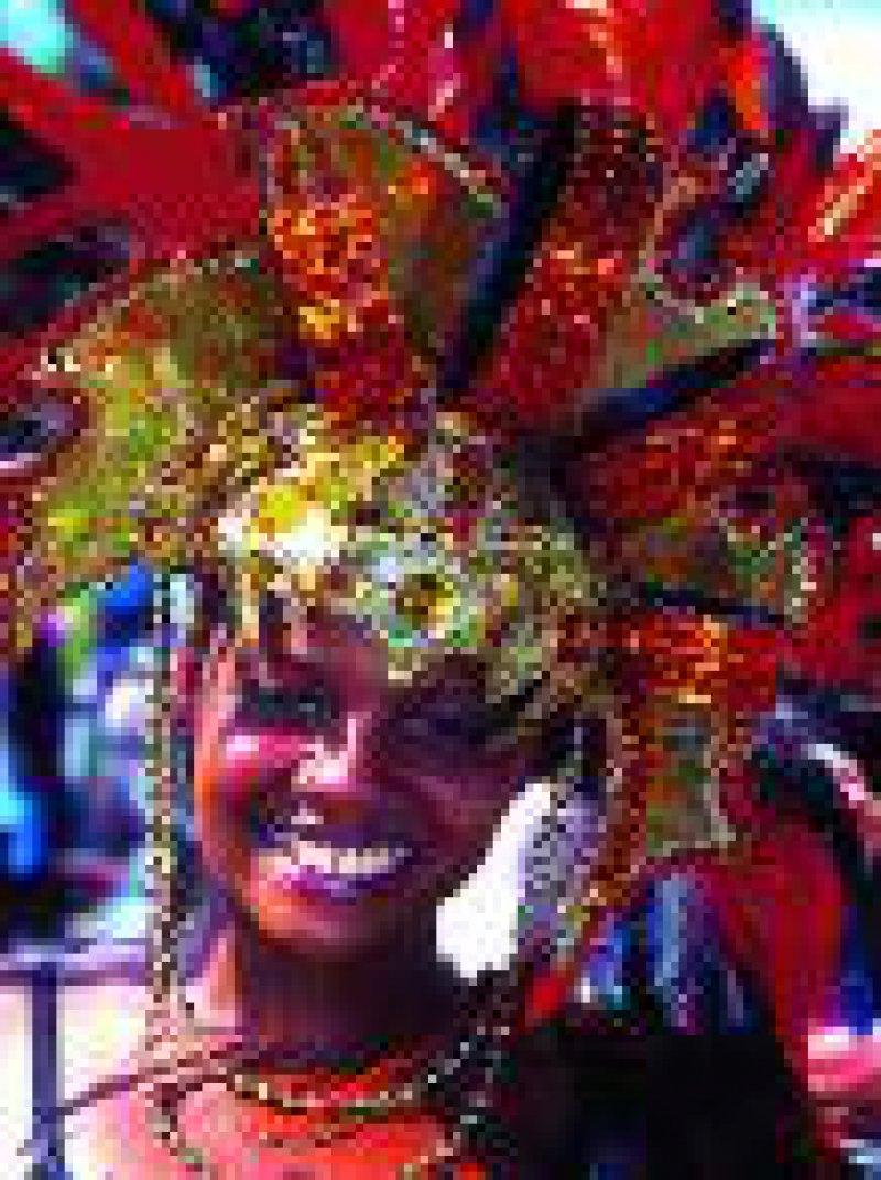 """Mit farbenprächtigen Kostümen feiern die """"Bajans"""" im Sommer das """"Crop Over Festival"""", ein traditionelles Erntedankund Karnevalsfest."""