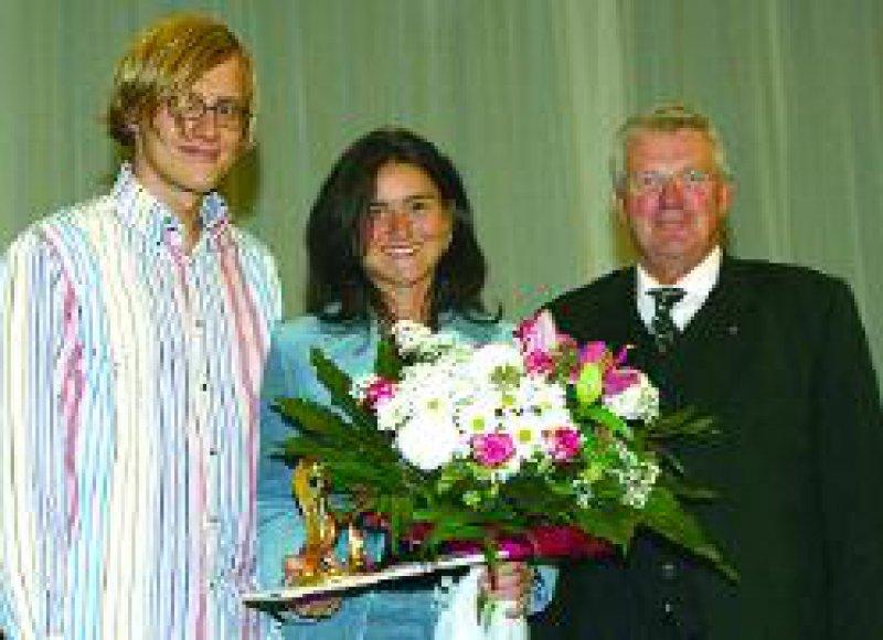 Foto: Frank Pfennig Der Film- und Fernsehpreis 2002 des Hartmannbundes (HB) ging an Vera Schmidberger (Mitte). Rechts: der HBVorsitzende, Dr. med. Hans-Jürgen Thomas. Links: Jörg Hommer, Cutter beim SWR