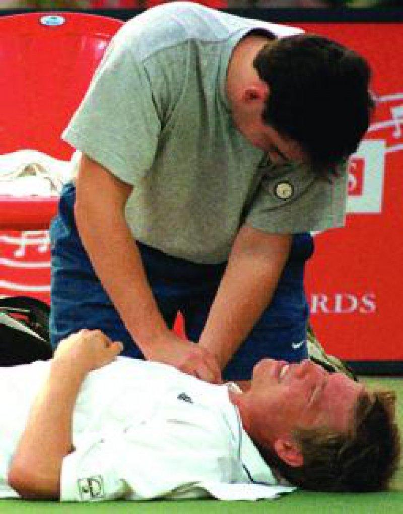 Nicht nur Profitennisspieler (wie Kristian Pless) sind durch akute und chronische Schulterverletzungen gefährdet. Foto: dpa