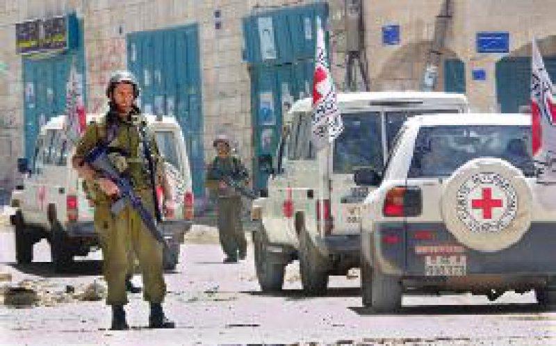 Israelische Soldaten lassen im April dieses Jahres einen Konvoi mit Lebensmitteln und Hilfsgütern für die Palästinenser im belagerten Bethlehem passieren. Humänitäre Helfer arbeiten häufig unter schwierigen Bedingungen. Foto: dpa