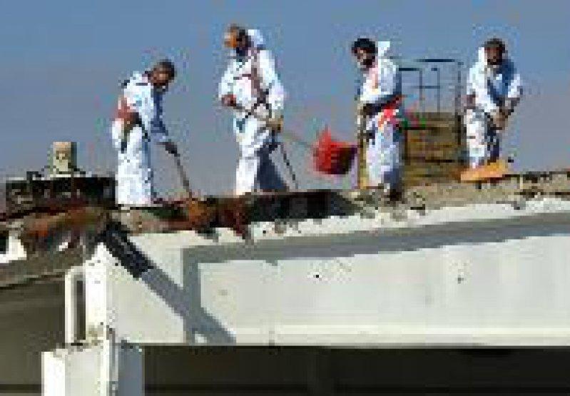 Für den Umgang mit Asbest ist eine Schutzausrüstung erforderlich. Foto: dpa