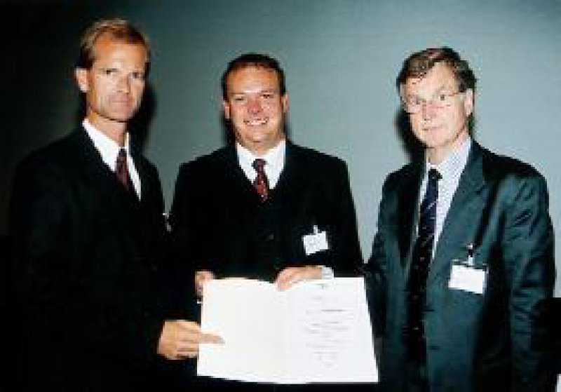 Priv.-Doz. Dr. med. Jan Steffen Krüssel (Bildmitte) erhält das Akzo Nobel Organon Forschungsstipendium aus den Händen von Prof. Dr. Hans-Georg Bender (r.), Präsident der DGGG, und Dr. med. Uwe Ernst, Medizinischer Direktor der Firma Organon (l.) Foto: Organon GmbH, Oberschleißheim