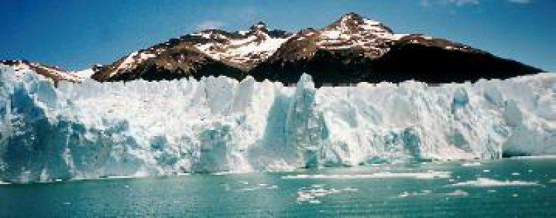 Der vom kontinentalen patagonischen Eis in den Lago Argentino fließende Moreno-Gletscher