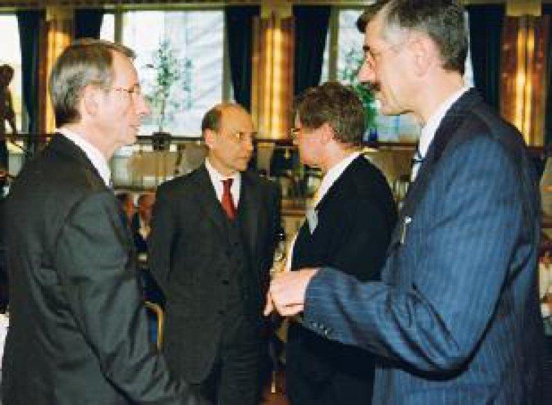 Meinungsaustausch (von links): Hoppe, Schröder, Hansen (im Text zitiert), zwischen ihnen (2. von rechts) AkdÄ-Geschäftsführer Prof. Dr. med. Heiner Berthold Fotos: Eberhard Hahne