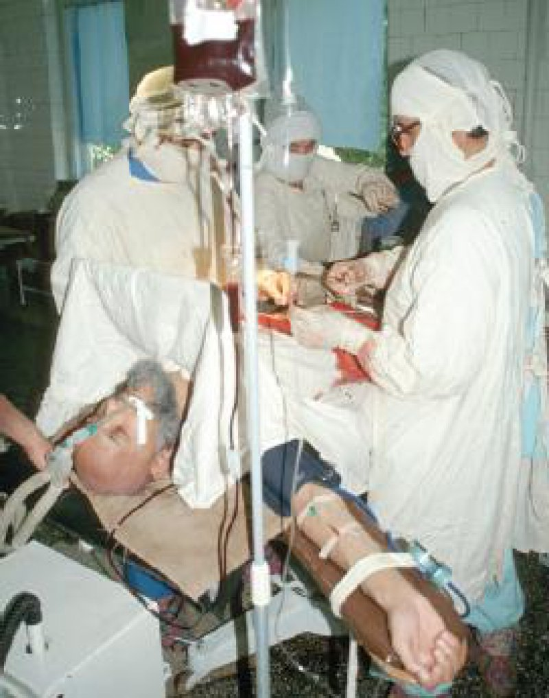Das Nähmaterial geht zur Neige: Nierenoperation im Krebshospital Duschanbe. Fotos: Robert Lessmann